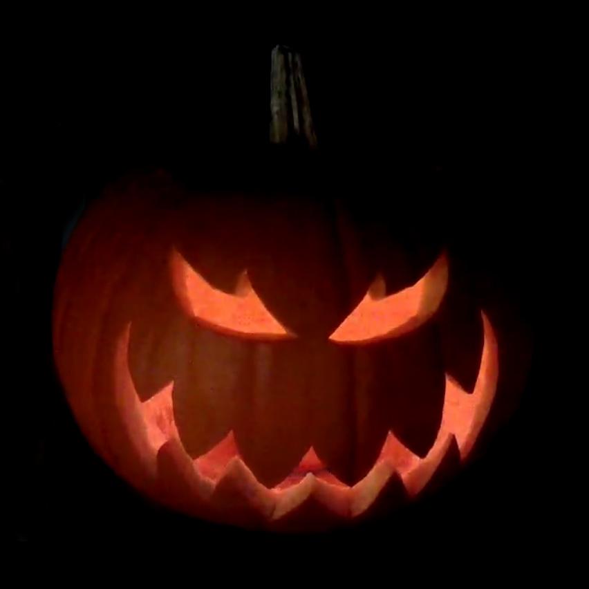 Ein Halloween Kürbis im Dunkeln